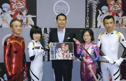 「ヱヴァンゲリヲンと日本刀展」の関市職員のコスプレ姿がすごい